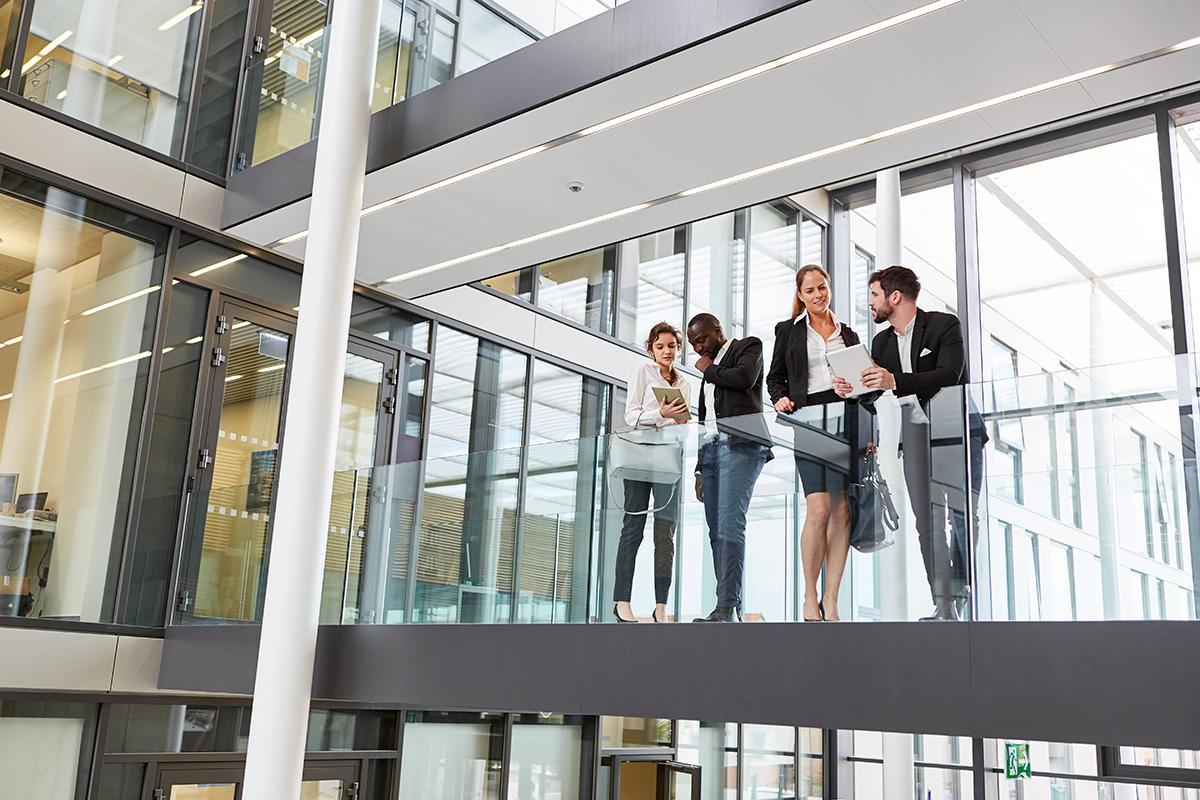 Business Leute in der Konzern Zentrale bei Team Besprechung im modernen Büro